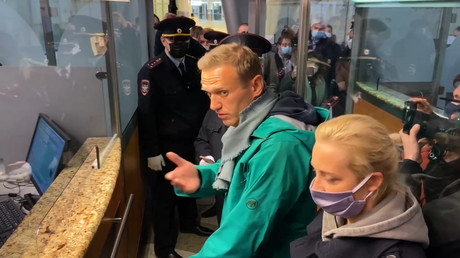 """Bester Tag der letzten fünf Monate!"" – Nawalny nach Ankunft in Moskau festgenommen"