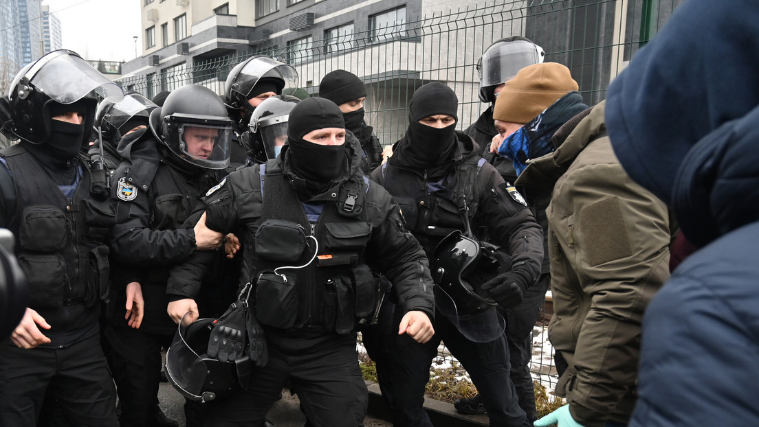 Wie bewertet die Bundesregierung die Schließung dreier oppositioneller TV-Sender in der Ukraine?