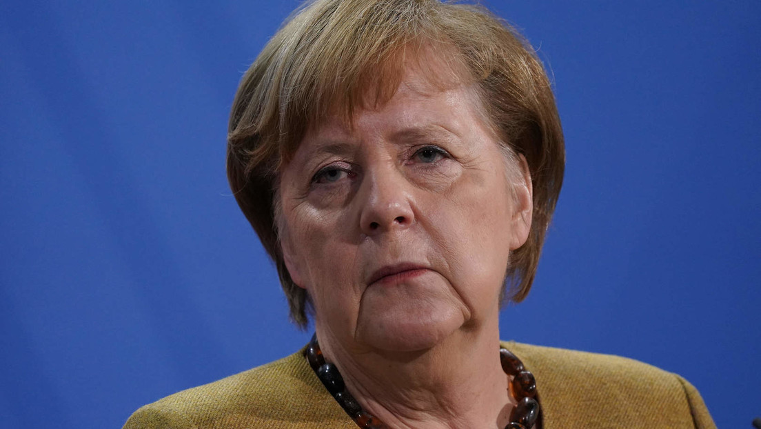 Unbekannte stellen Grablichter und Holzkreuze vor Merkels Wahlkreisbüro