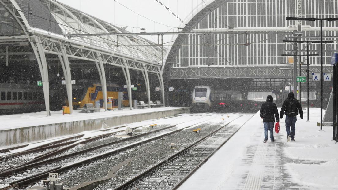 Schneesturm bringt Wintersport nach Amsterdam – Schneeballschlacht mit Polizisten