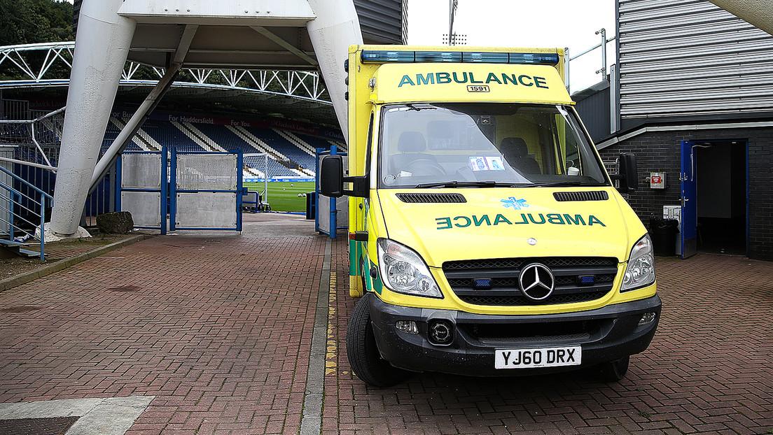 Rettungswagen bleibt auf Spielfeld liegen – Fußballspieler müssen anschieben
