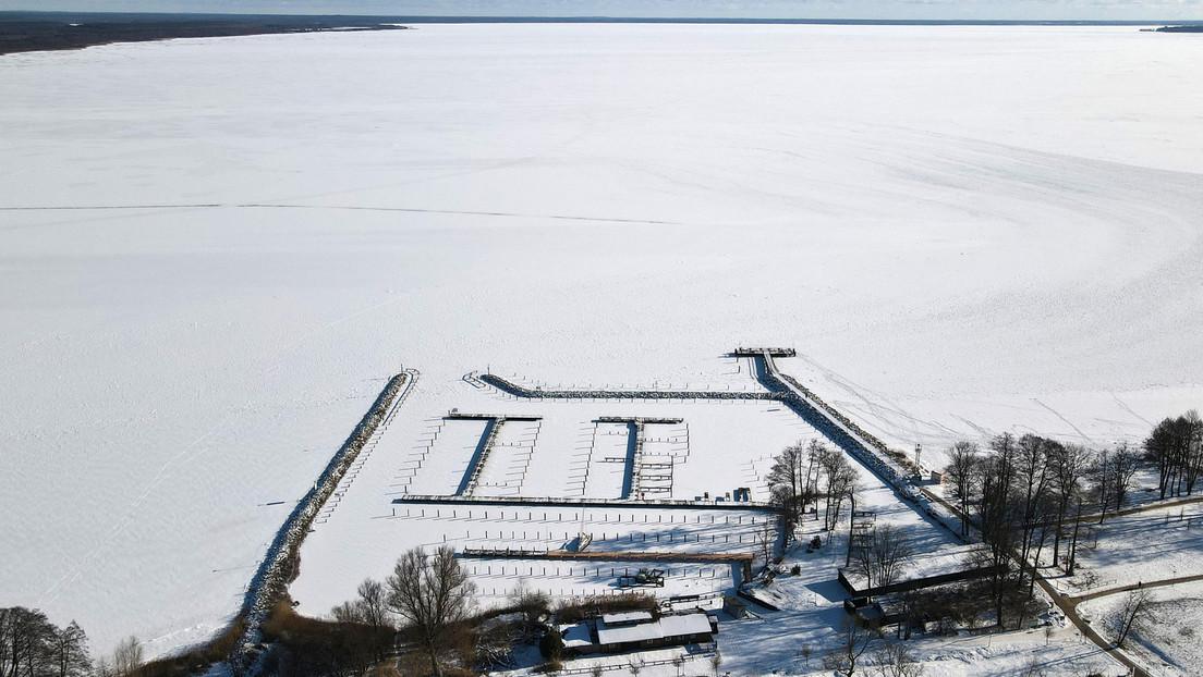 Geschlossene Eisdecke auf dem größten Binnensee Deutschlands – Die Müritz ist zugefroren