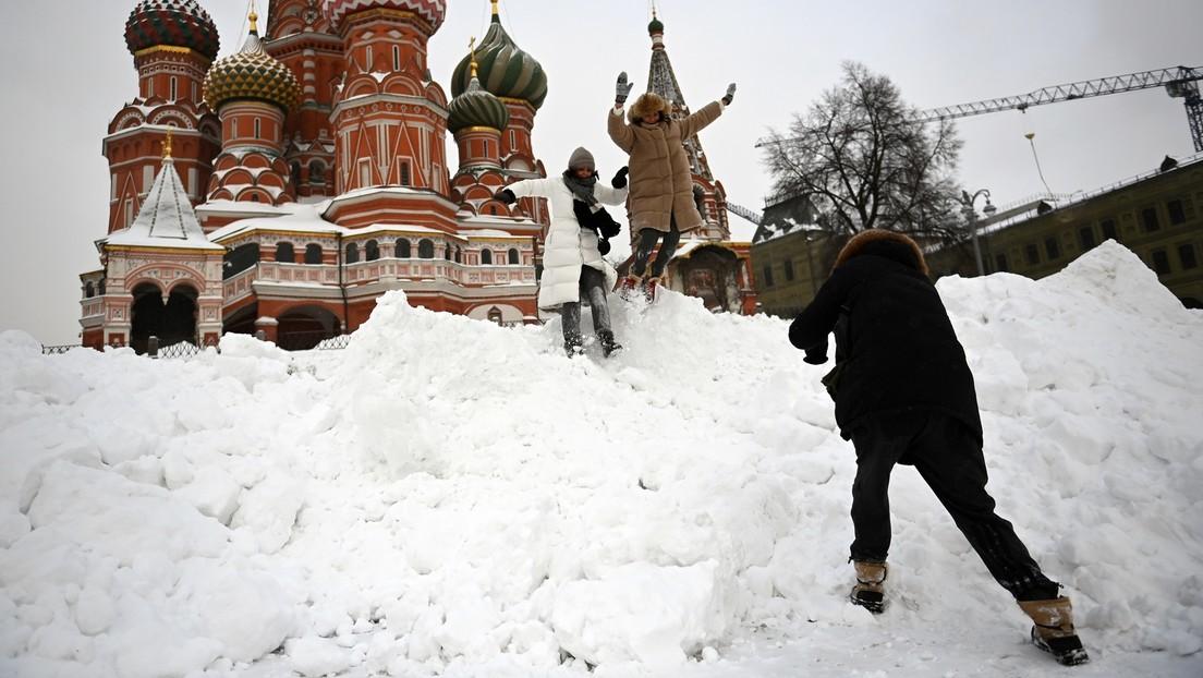 Tagelange Schneefälle in Moskau: Menschen helfen Lkw, wieder Fahrt aufzunehmen