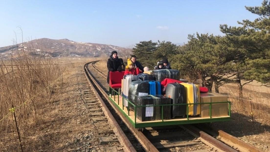 Nicht aus dem Gleis geworfen: Russische Diplomaten schieben Draisine an, um Nordkorea zu verlassen