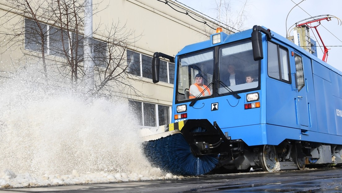 """""""Höllische"""" Fahrt: Straßenbahn fegt Schnee von Gleisen weg und fasziniert Internetnutzer"""
