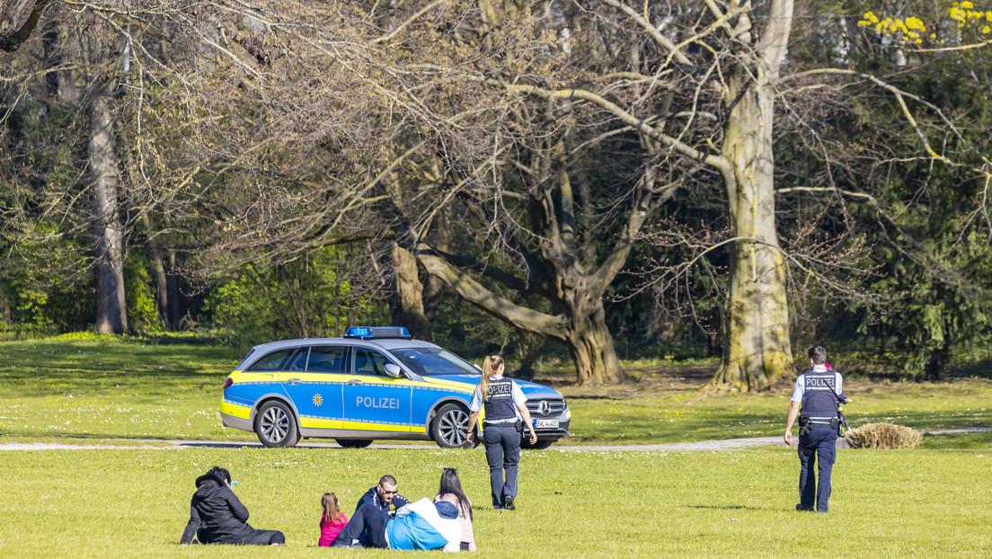 Hamburger Polizei jagt Jugendlichen durch den Park, er hatte seine Freunde umarmt