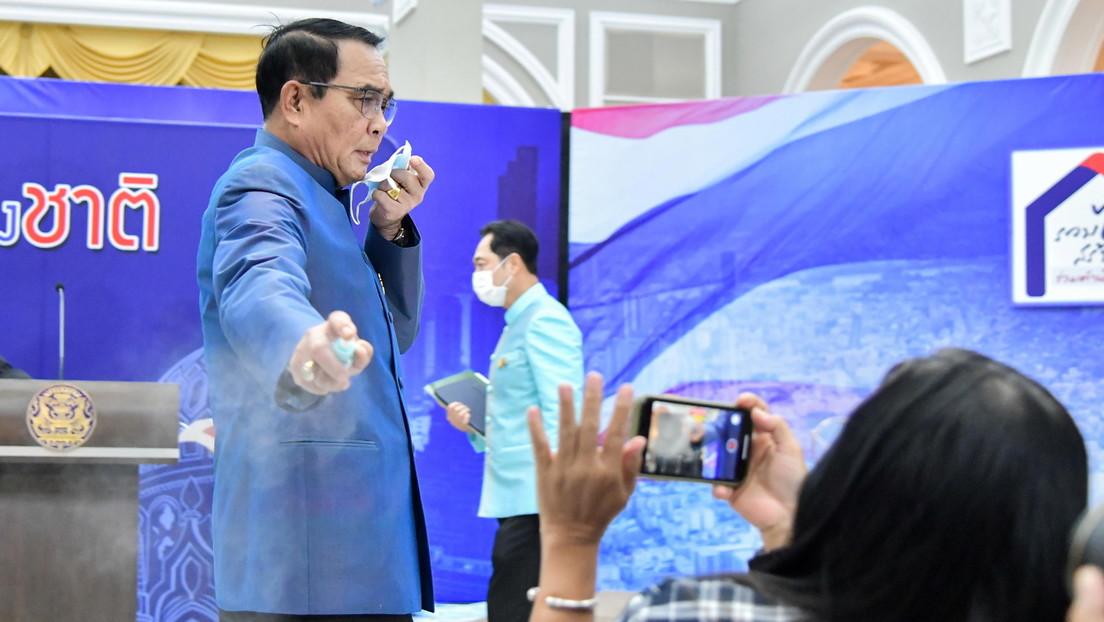 Desinfektionsmittel gegen unangenehme Fragen: Thailändischer Premierminister besprüht Journalisten