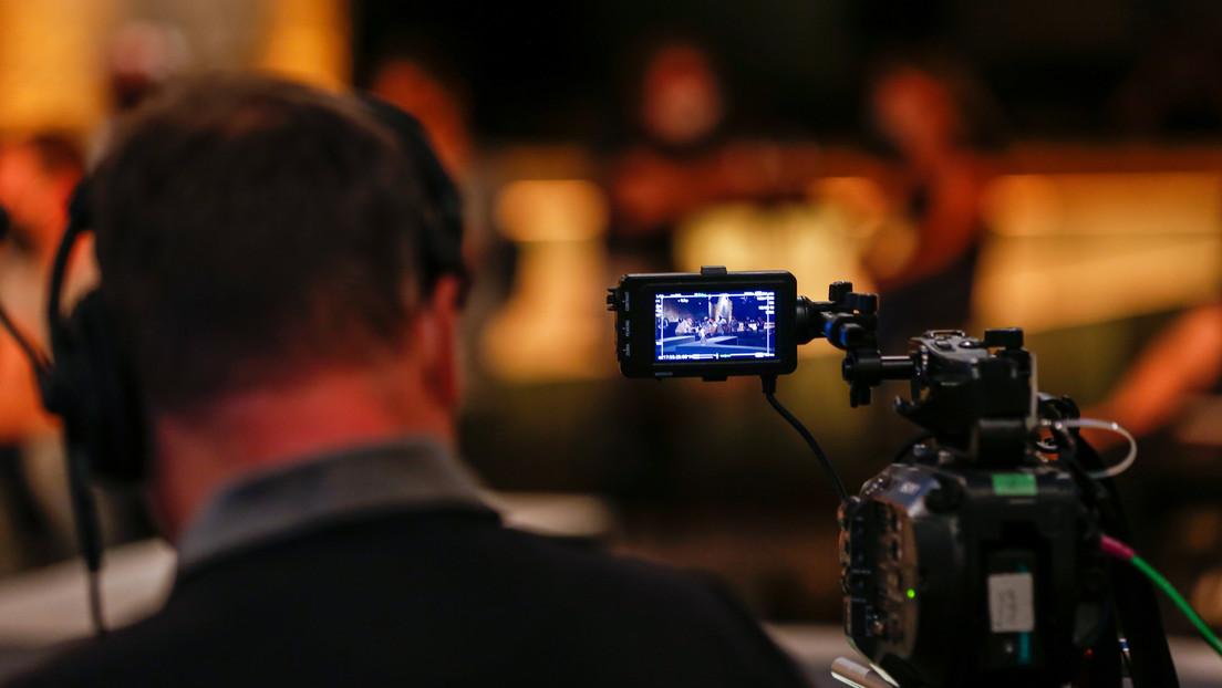 Unfall im TV-Studio: Riesenbildschirm stürzt herunter und begräbt Reporter unter sich