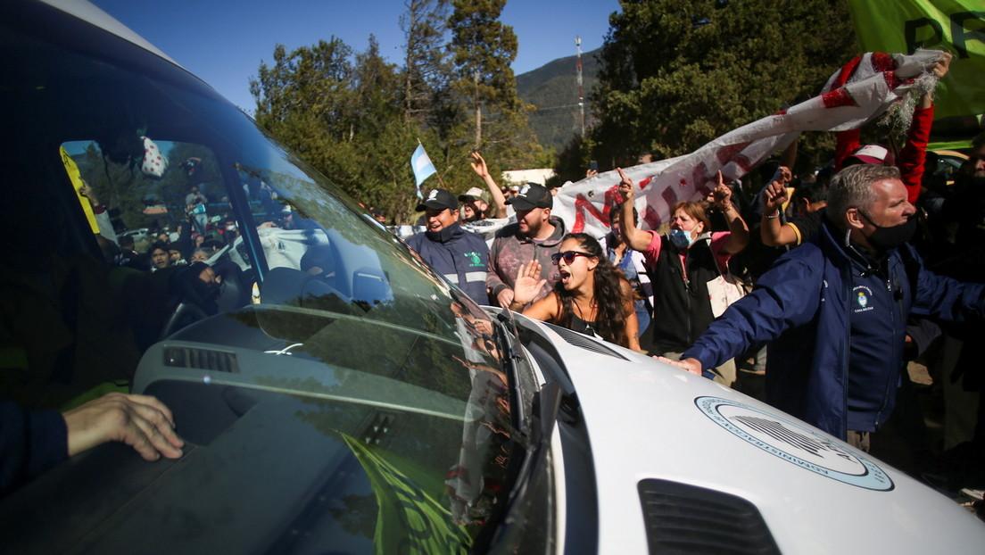 Brenzliger Besuch im Waldbrandgebiet: Protestler greifen Wagen des argentinischen Präsidenten an