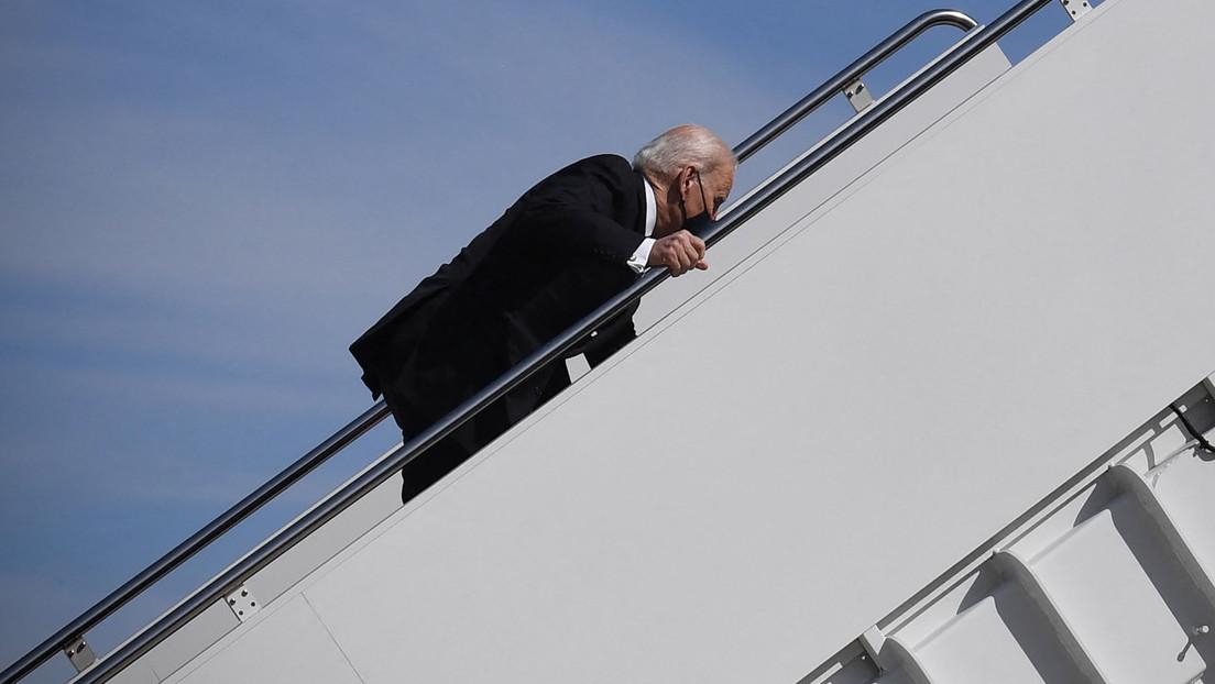US-Präsident Joe Biden stolpert beim Einstieg in Air Force One über Stufen