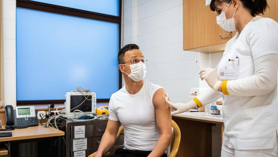 Ungarischer Außenminister Péter Szijjártó lässt sich mit Sputnik V gegen COVID-19 impfen