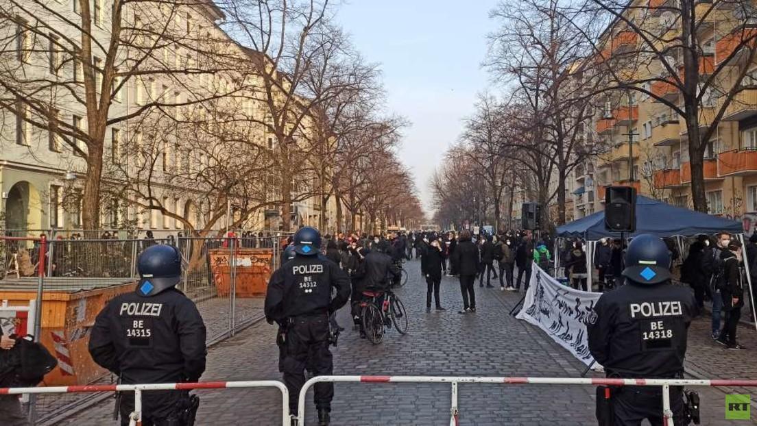 """LIVE: Massiver Polizeieinsatz bei Räumung der linken Szenenkneipe """"Meuterei"""" in Berlin"""