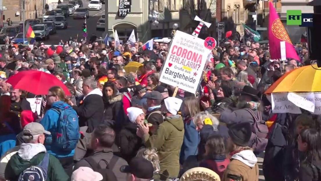 """LIVE: """"Querdenken""""-Protest in Stuttgart gegen Corona-Lockdown"""