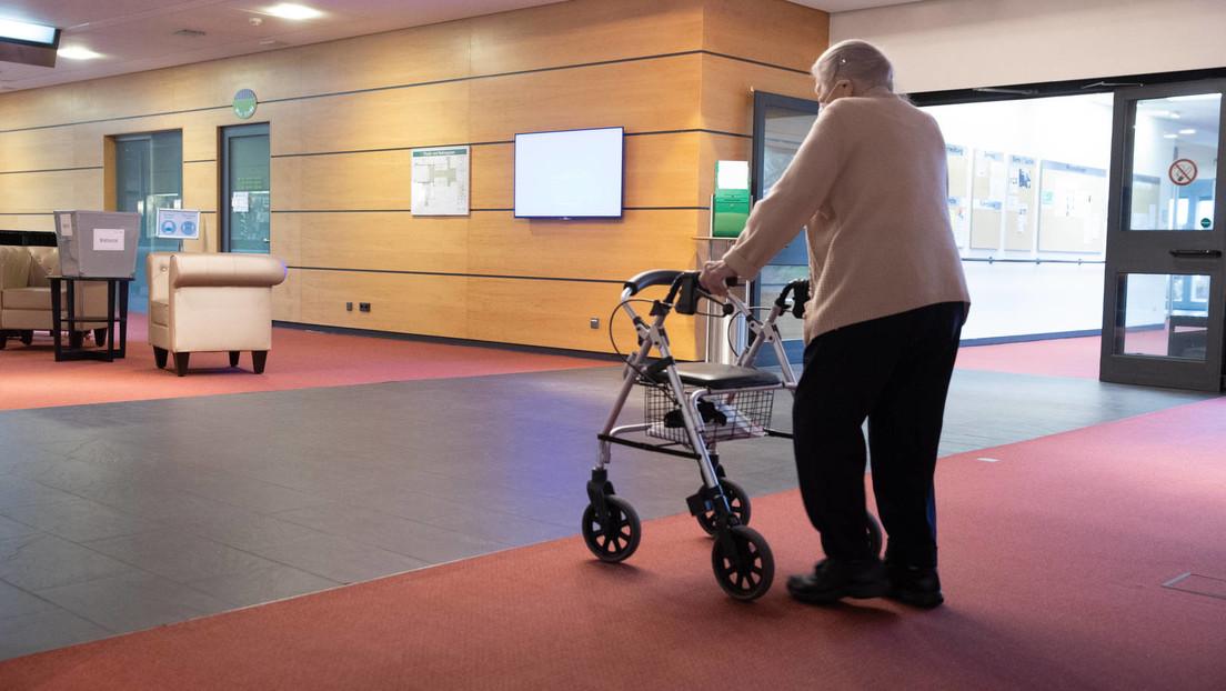 Eingesperrt: Corona-Maßnahmen führen zu drastischem Ausmaß an Rechtsverstößen in Pflegeheimen