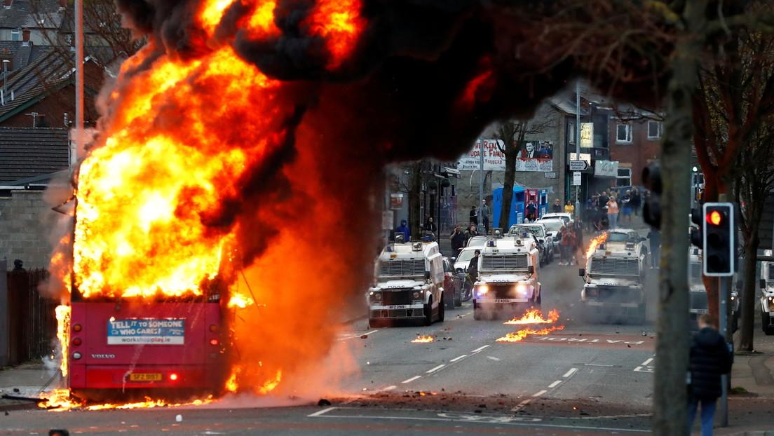 Gewaltsame Ausschreitungen in Nordirland – Protestanten zünden Bus an