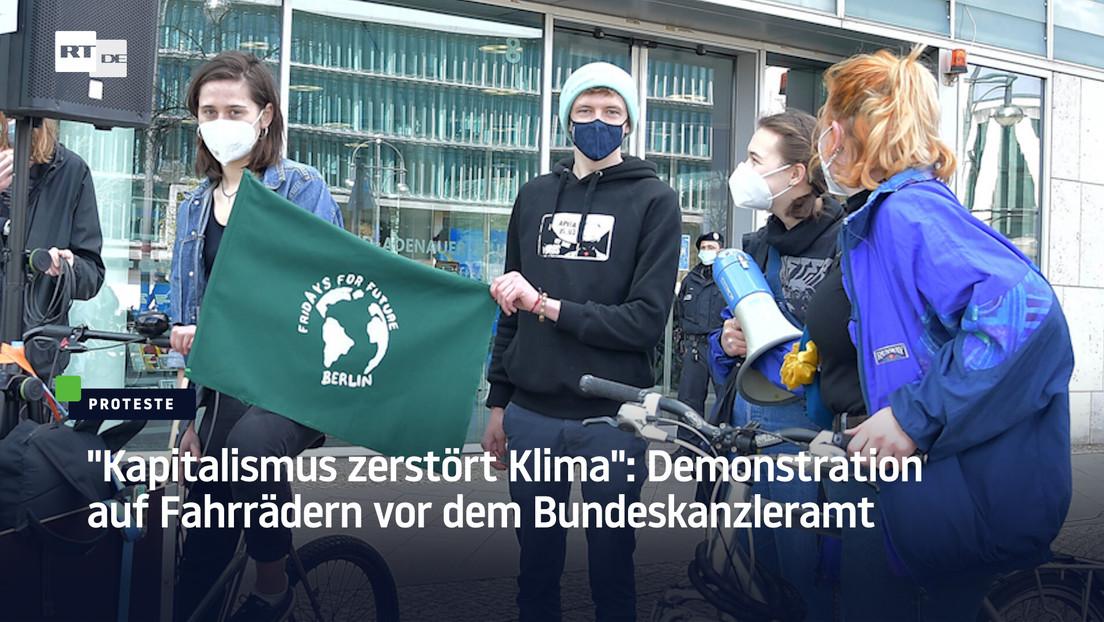 """""""Kapitalismus zerstört Klima"""": Demonstration auf Fahrrädern vor dem Bundeskanzleramt"""