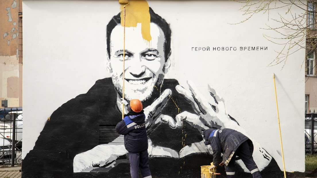 Sankt Petersburg: Polizei lässt großes Nawalny-Graffiti übermalen und leitet Ermittlungen ein