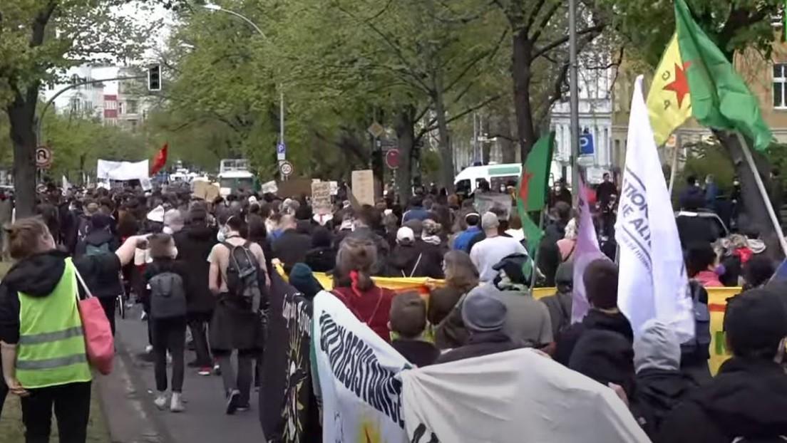 "LIVE aus Berlin: ""Bündnis gegen Rechts"" demonstriert gegen rassistische Polizeigewalt"