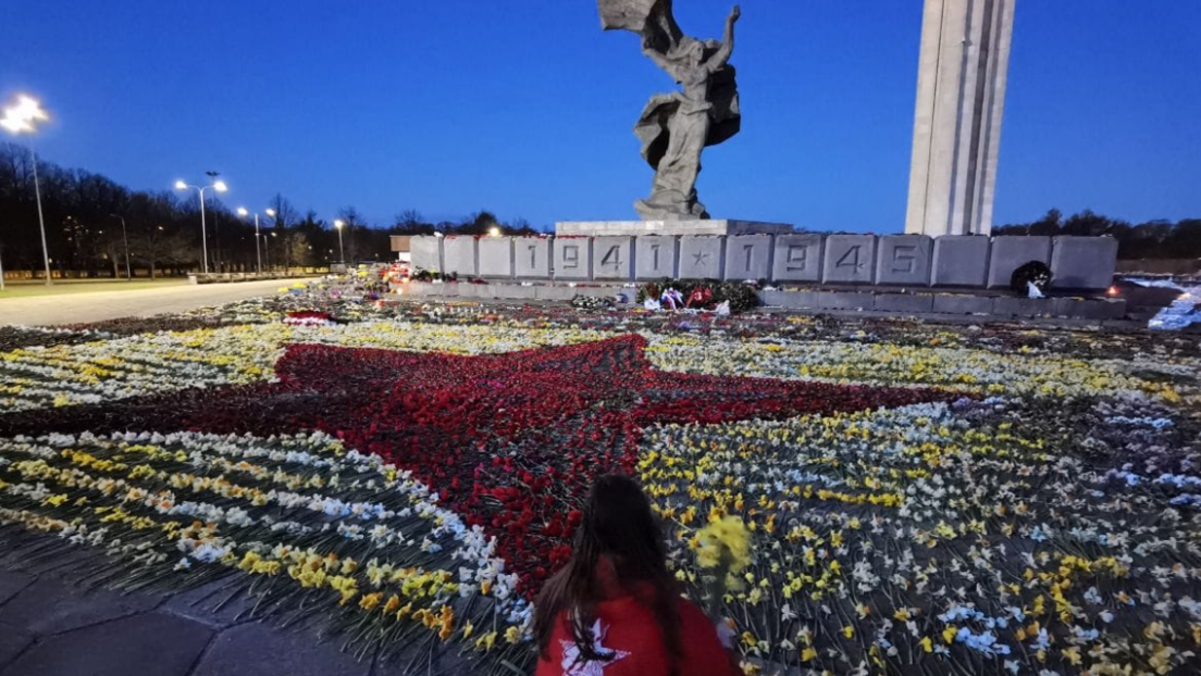 Junge Freiwillige in Riga bilden über Nacht einen Siegesstern aus Blumen