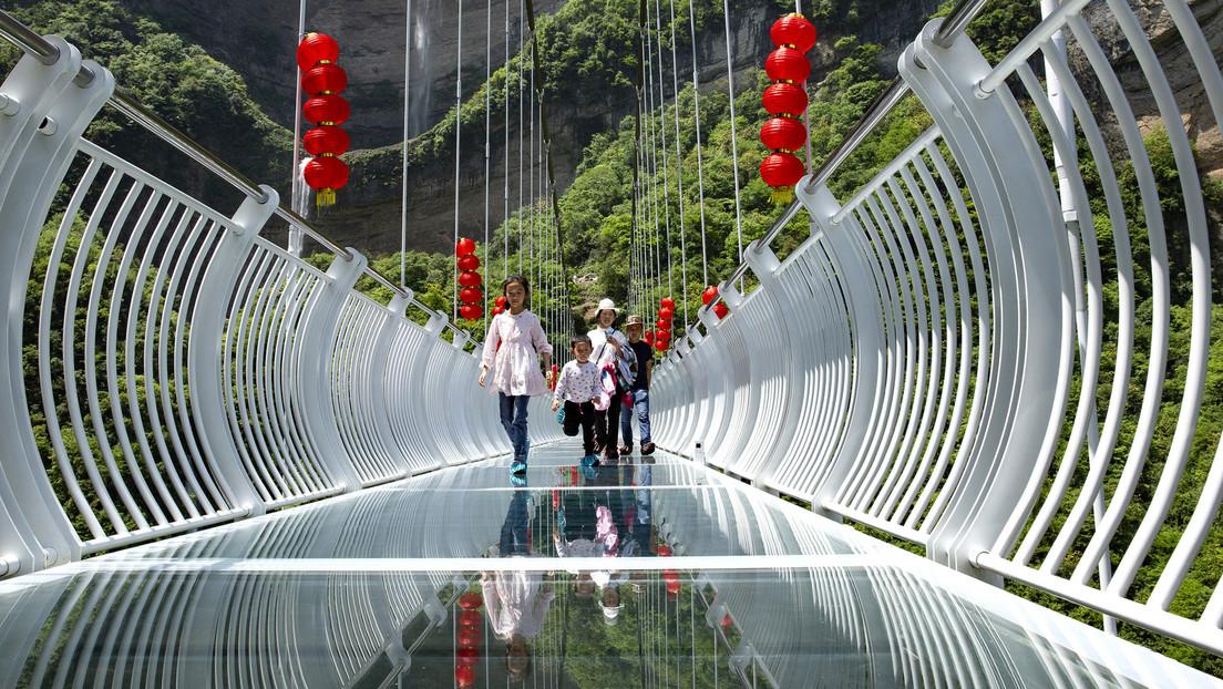 Windböen wehen Platten von Glasbrücke in China weg: Tourist muss über 30 Minuten auf Hilfe warten