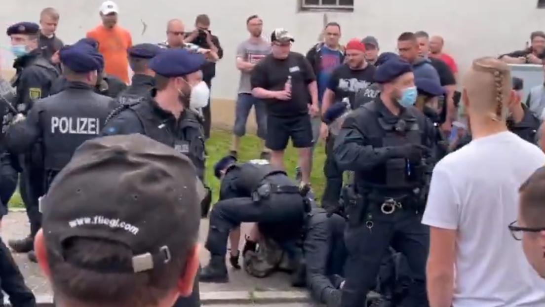 """Demo im sächsischen Zwönitz gegen """"Corona-Maßnahmen"""" eskaliert – mehrere Festnahmen und Verletzte"""