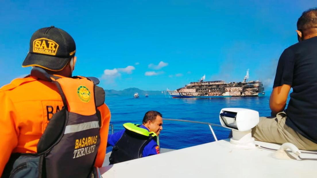 Brand auf Fähre in Indonesien: Passagiere retten sich mit Sprung über Bord