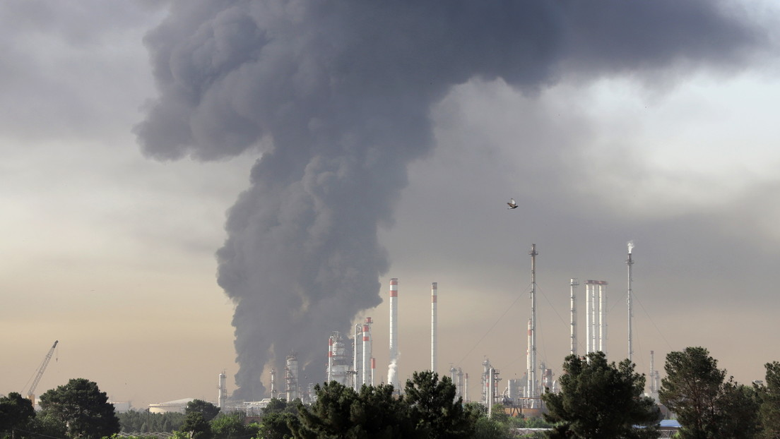 Mysteriöse Vorfälle in Iran: Schiff sinkt im Golf von Oman, während Ölraffinerie in Brand gerät