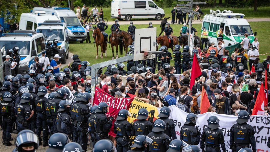 """""""Querdenken""""-Demo in Karlsruhe: Antifa-Gegendemonstranten von Polizei in Gewahrsam genommen"""