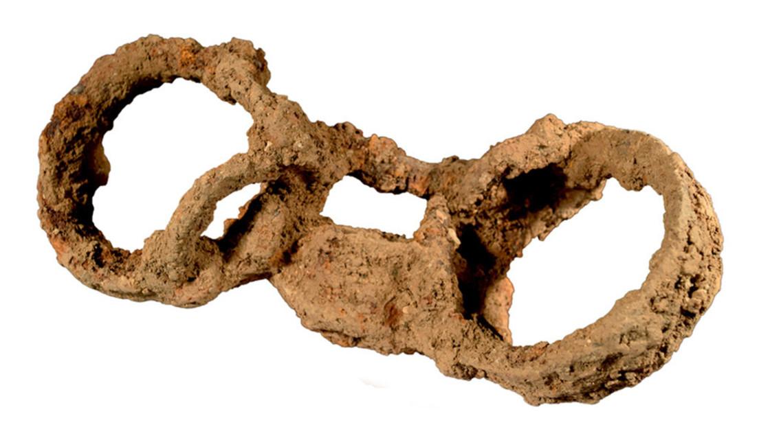 Eiserne Fußfesseln noch im Grab – Beleg für einen römischen Sklaven im besetzten Britannien?
