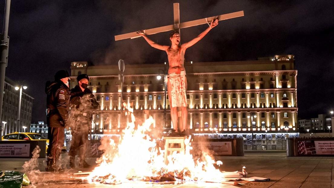 Moskau: Aktivist Pawel Krissewitsch täuscht Selbstmord auf dem Roten Platz vor