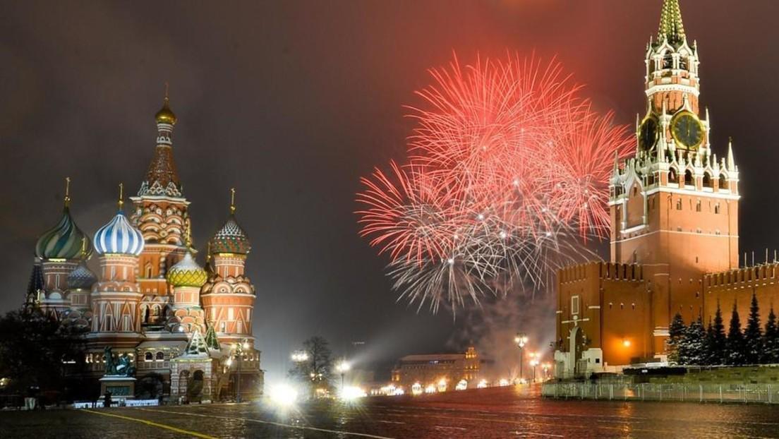 """LIVE: """"Tag Russlands"""" – Feierliches Feuerwerk erhellt den Nachthimmel über Moskau"""