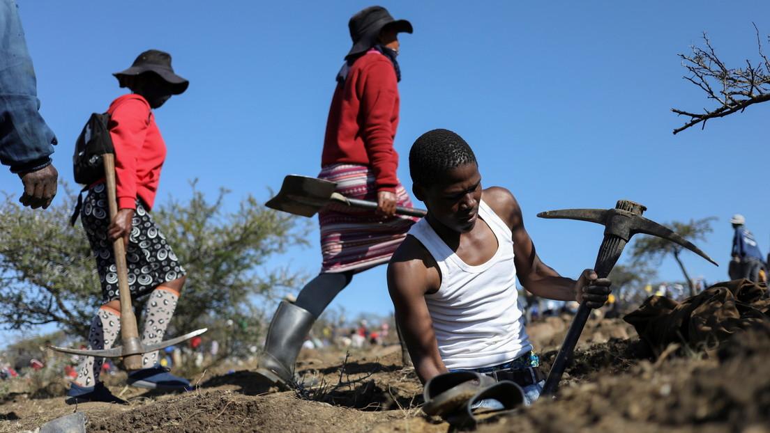 """""""Diamantengräberstimmung"""" in Südafrika: Hunderte Menschen suchen ihr Glück bei Dorf KwaHlathi"""