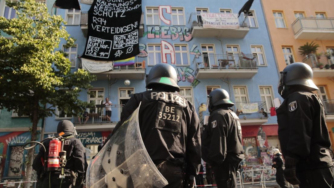 """LIVE aus Berlin: Polizei setzt Begehung des besetzten Hauses """"Rigaer 94"""" durch"""