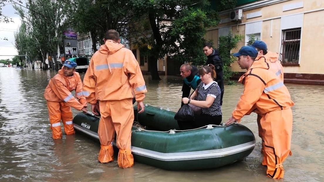 Nach Überschwemmung auf der Krim: Rettungskräfte schwimmen Politiker nach