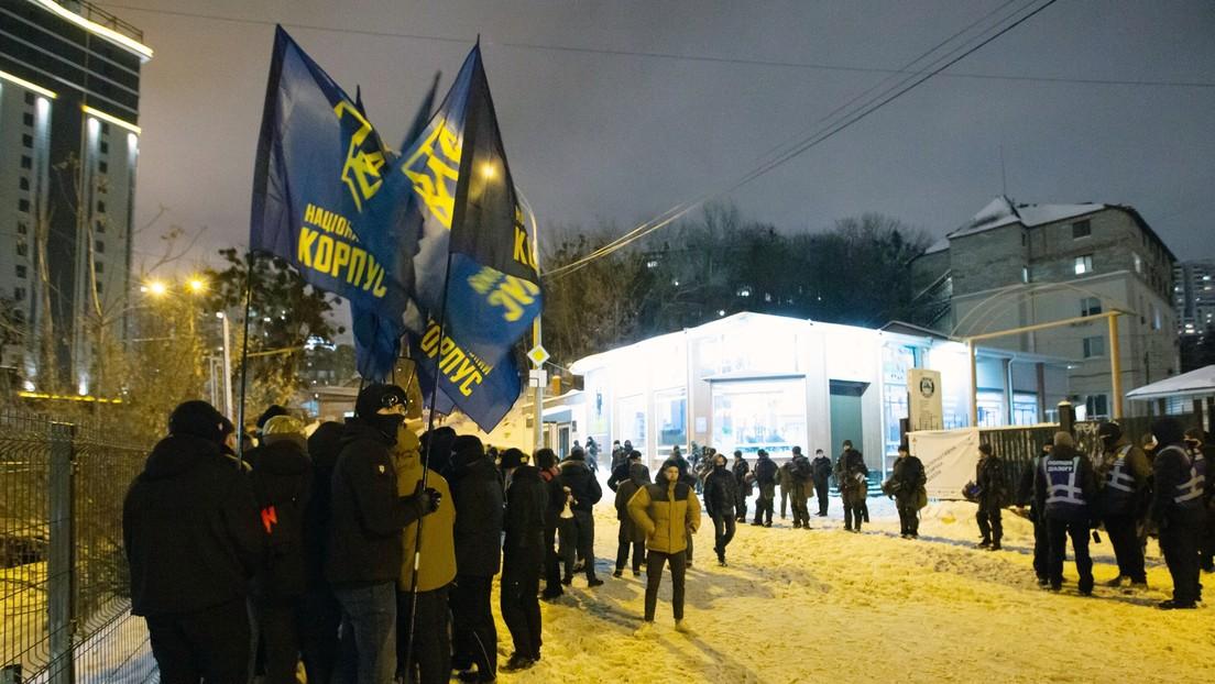 Mordaufrufe durch Selenskij-Abgeordneten – Ukrainische Nationalisten stürmen Büro der Opposition
