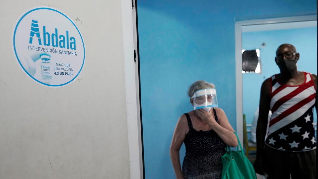 Zwei Besucher eines Impfzentrums in Havanna | Bildquelle: https://t1p.de/mdyj © REUTERS / Alexandre Meneghini | Bilder sind in der Regel urheberrechtlich geschützt