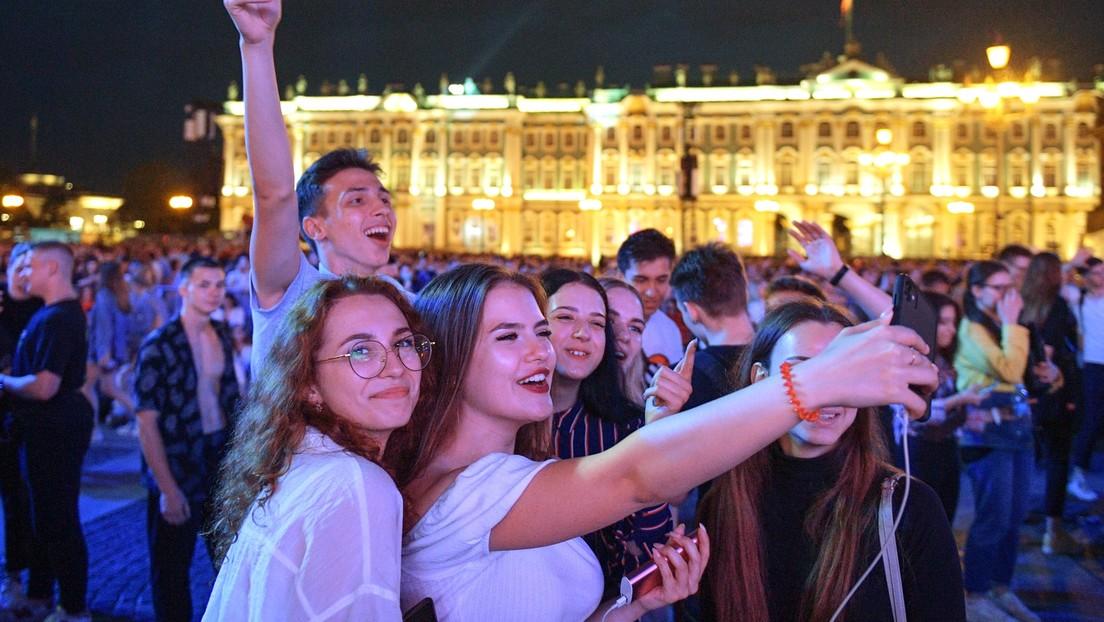 Trotz hoher COVID-19-Zahlen: Sankt Petersburg feiert traditionell Ende des Schuljahres