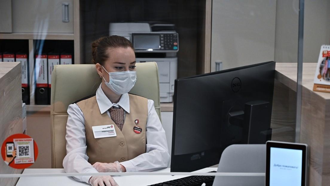 Aufregung in Russland: Maskenverweigerin mit Gewalt aus Behörde gezerrt