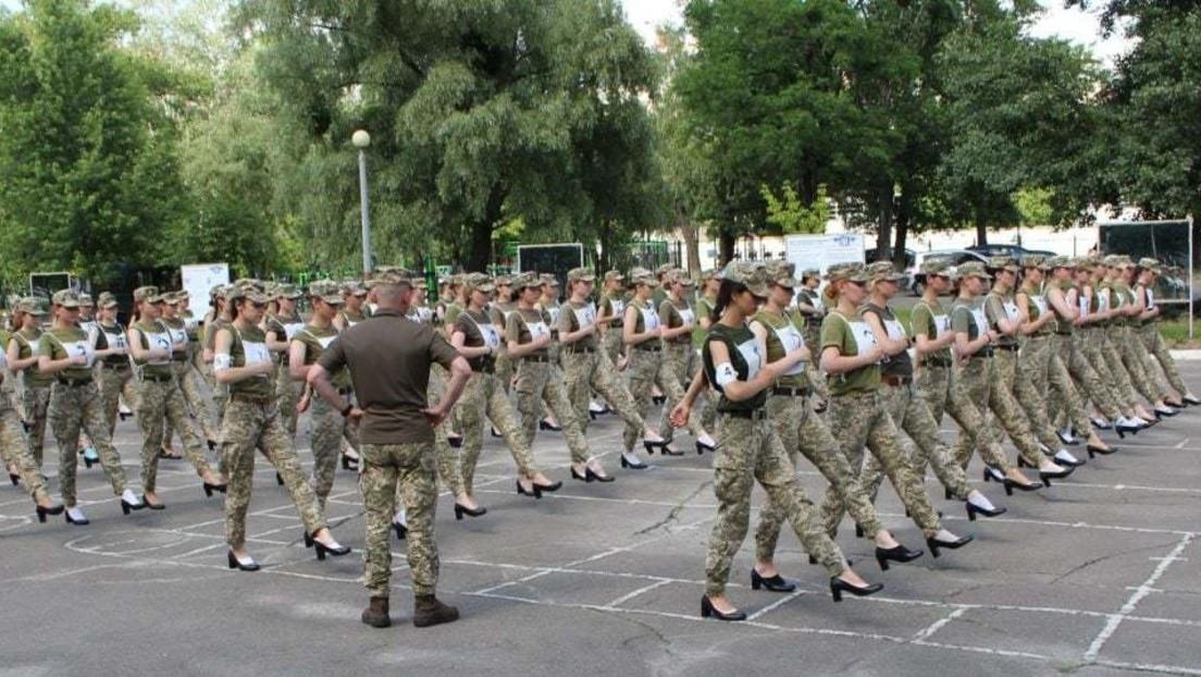 Sexismusvorwürfe in der Ukraine: MarschierendeSoldatinnenin Absatzschuhen sorgen für Kritik