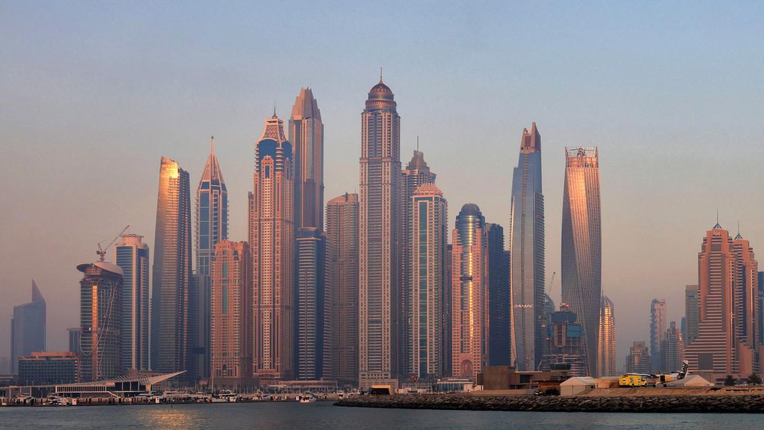 Riesige Explosion erschüttert Dubai: Containerschiff im Hafen fängt Feuer
