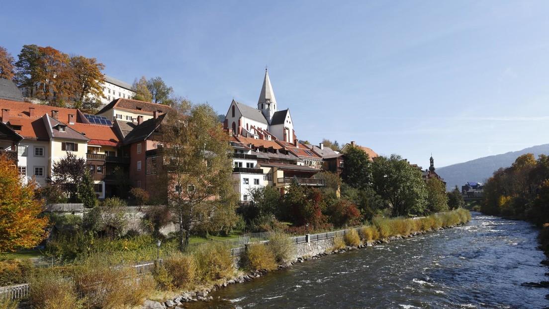 Österreich: Zug mit dutzenden Schülern entgleist – Waggon stürzt in Fluss