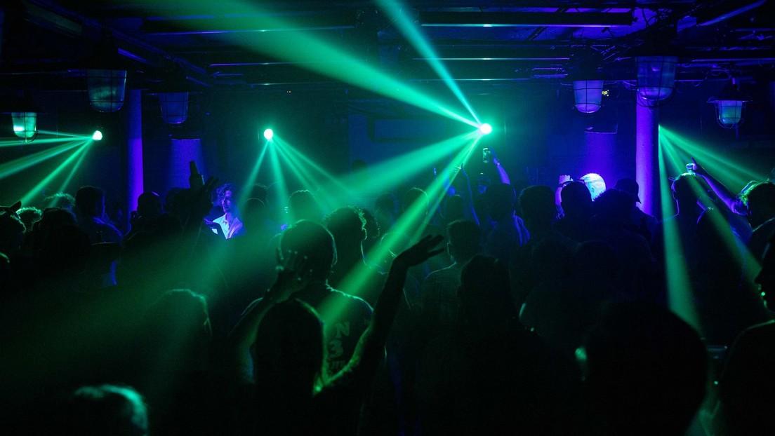 Nachtschwärmer erstürmen nach Lockerung der Corona-Maßnahmen Londoner Nachtklubs (Videos)