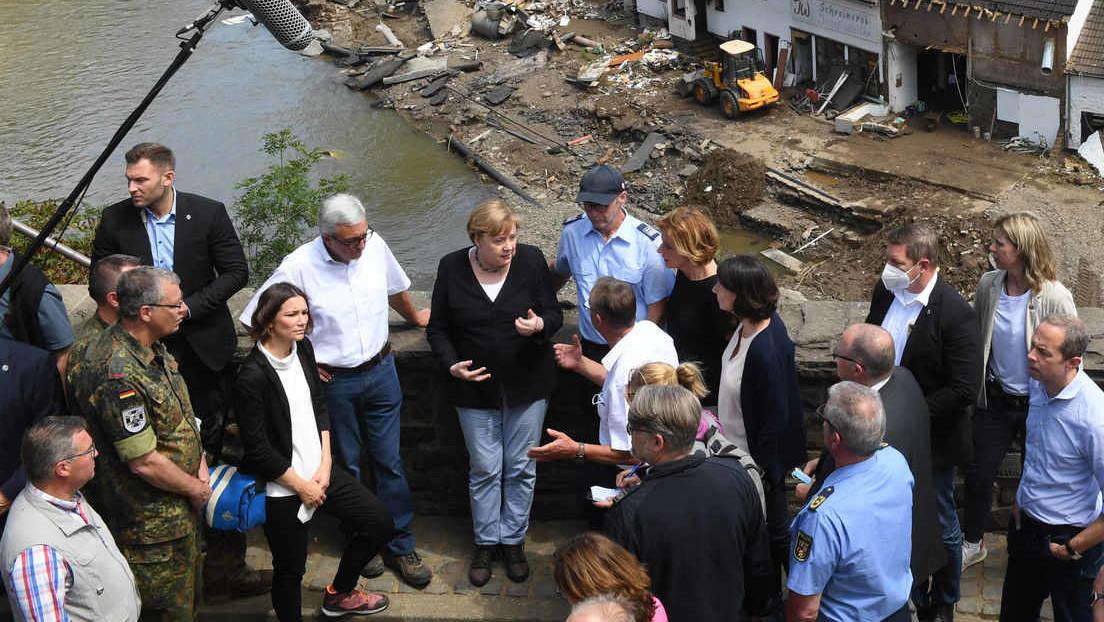 Beim Besuch im Hochwassergebiet: Merkel, Dreyer und Co. ignorieren Abstands- und Maskenpflicht