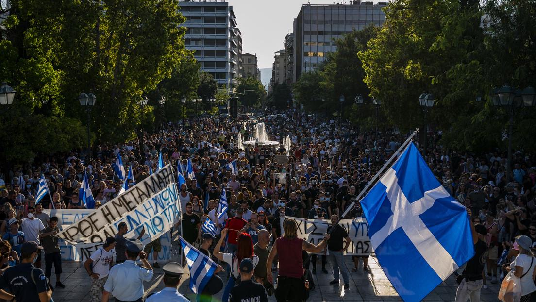 """""""Hände weg von unseren Kindern"""" – Tausende Griechen protestieren gegen neues Impfregime"""