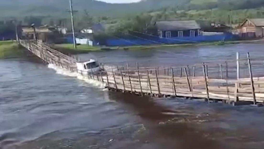 Video von Brückeneinsturz: Angstfreier russischer Lkw-Fahrer fährt bei Hochwasser über Hängebrücke