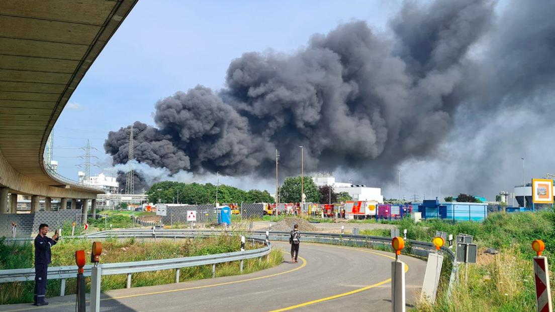 Schwere Explosion in Leverkusen: Autobahnen gesperrt, zahlreiche Verletzte, Giftwolke ausgetreten