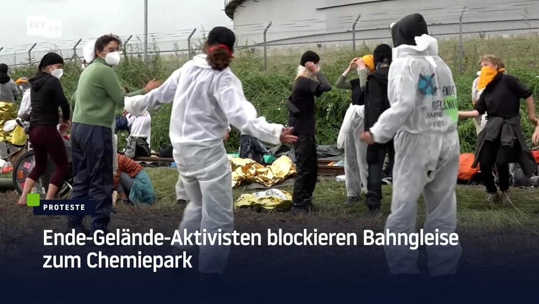 Ende-Gelände-Aktivisten blockieren Bahngleise zum Chemiepark in Brunsbüttel