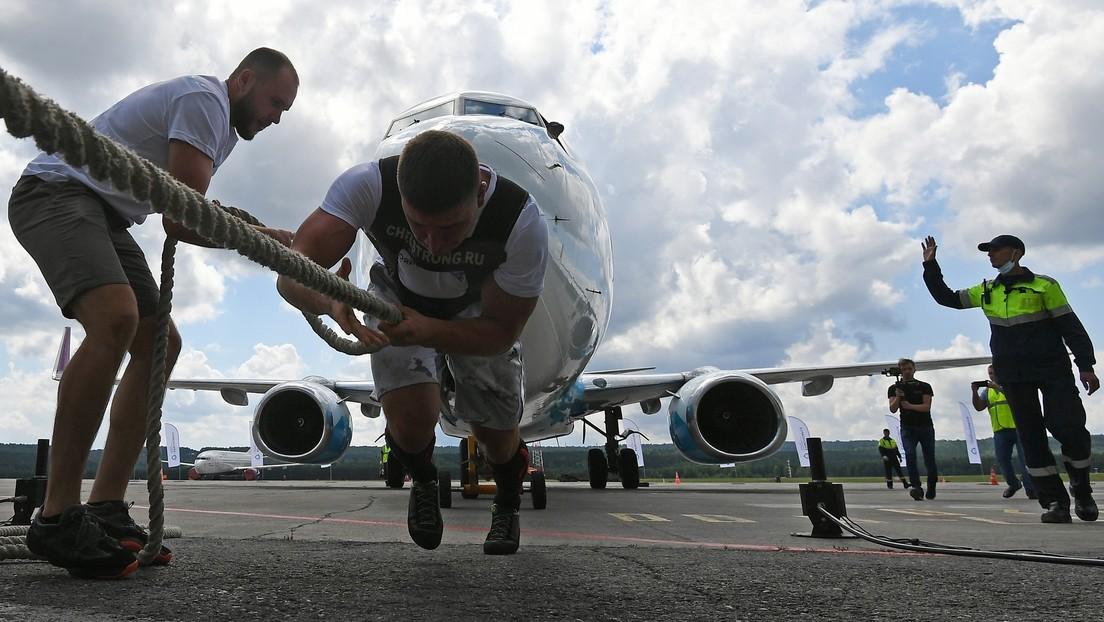 65 Tonnen im Schlepptau: Feuerwehrmann aus Russland setzt Boeing 737-800 in Bewegung