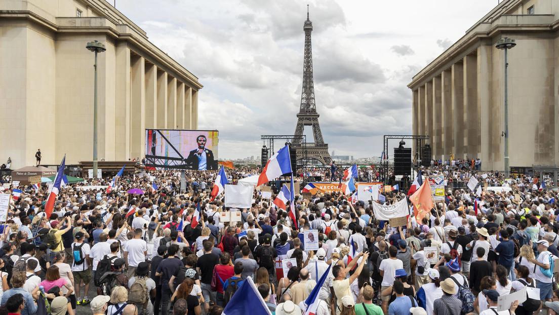 """Frankreich: Verfassungsgericht segnet """"Gesundheitspass"""" und Teilimpfpflicht ab – Widerstand wächst"""