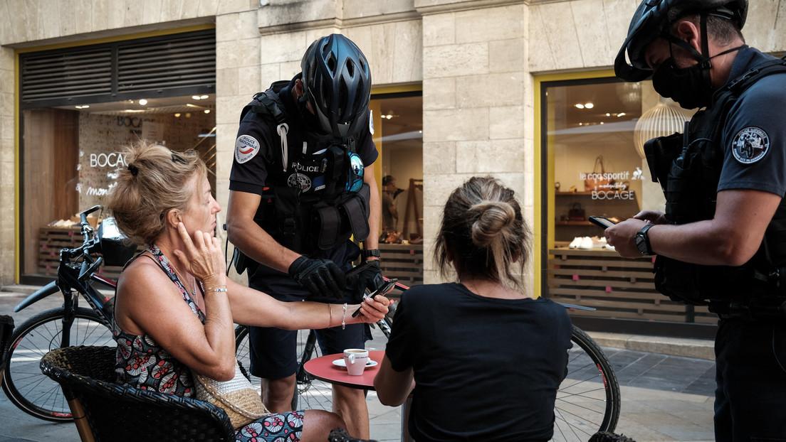 """Französische Polizei kontrolliert Impfstatus von Café-Besuchern – Macron spricht von """"Freiheit"""""""